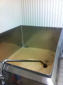 Gjæringskaret fylles. (Foto: ABC Brewing)