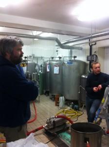 Mens karet fylles kan Espen og Gahr løse både verdensproblemer og planlegge nye brygg. (Foto: ABC Brewing)
