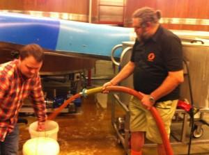 Sjefsbrygger Kjetil Jikiun sørger for at alle får med seg minst 20 liter Nøgne Ø Amber i gjæringsbøtten