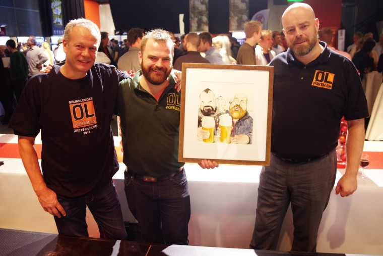 Tom Young, Tommy Helland Holen og Sammy Mylkebust med tegningen som viser at Ølportalen er Årets Ølhund 2014.
