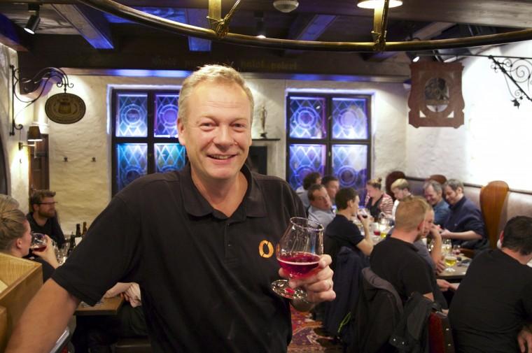 Tom Young er fornøyd med å lansere en ny sake-variant. Her med Kriek of Telemark.