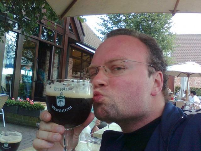 Om noen skulle være i tvil: Stian elsker øl. Her med en Westvleteren.