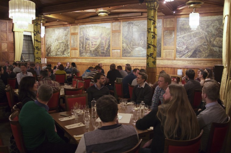 Mellom 80 og 90 ølinteresserte hadde møtt opp for å få med seg Porteraften i festsalen til Ringnes.