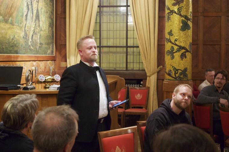 Per Øyvind Arnesen holdt foredrag om porter og dens historie.