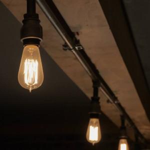Retro: Belysningen står i stil med lokalet. (Foto: ØST)