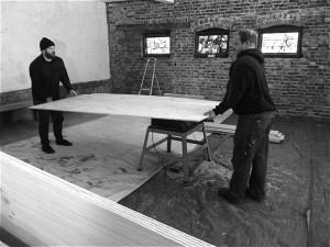 Håndverksbrygger og håndverksbygger: Mike Murphy har fått god hjelp fra tvillingbroren Paul i arbeidet med baren. (Foto: Privat)