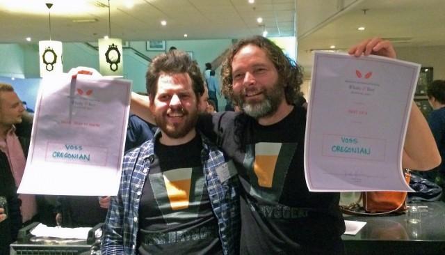 Andrew Rathband og Jon Gjerde ser ut til å være godt fornøyde med prisene.