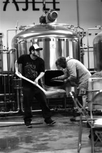 Hardt arbeid: John Hudson og Gahr Smith-Gahrsen samarbeider om å brygge øl.