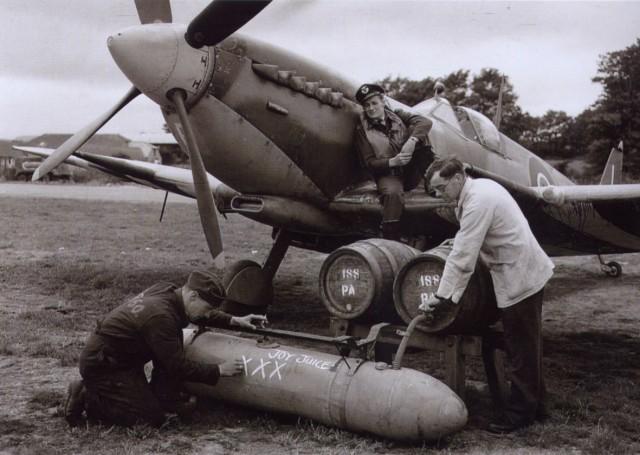 spitfire-droptank-fuelling-300dpi