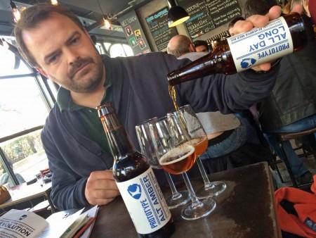 Tommy heller øl på Brewdog Bar i Camden.