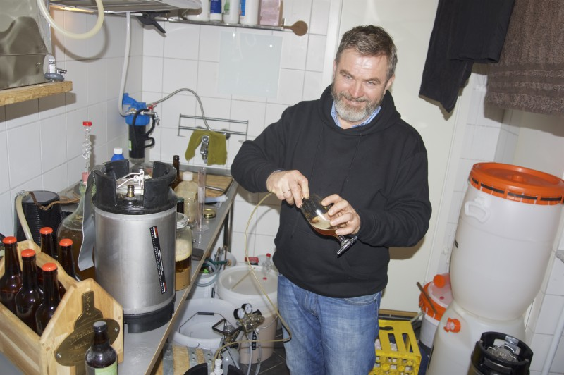 Einar Michelsen tapper øl
